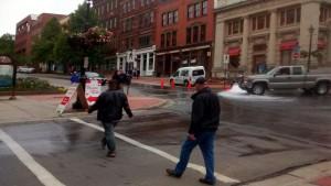 Hidrantul deschis pe strada principală din Saint John